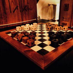 bordspel in hout : in deze tijd leuk om eens aan te schaffen en samen met je gezin te genieten van een heel tof bordspel. Plezier gegarandeerd!